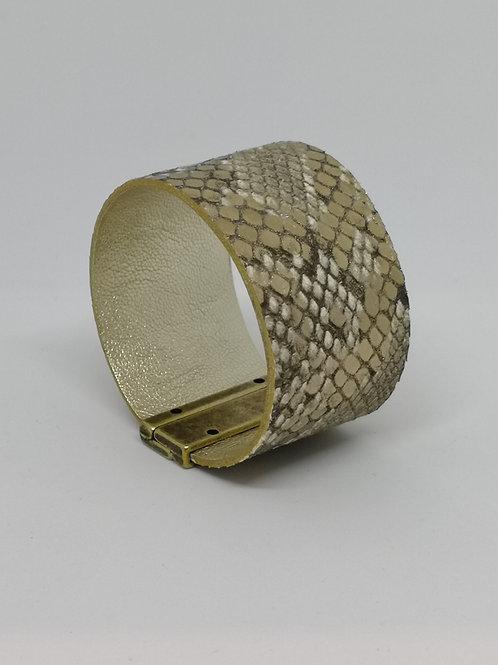 Armband in rundsleder, met slangenprint. O110