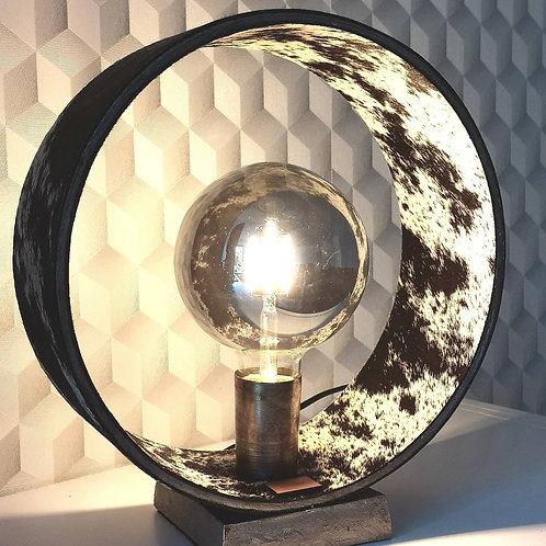 Rustieke lamp in zwaar ijzerwerk bekleed met koeienhuid L1