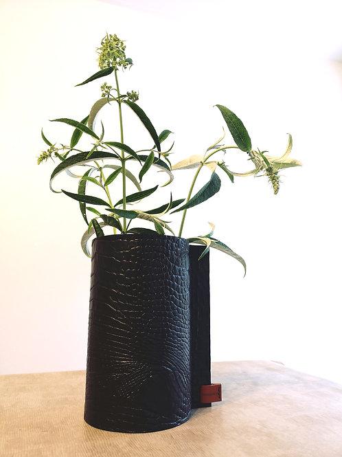 Decoratieve vaas  bekleed met zwart tuigleder met crocoprint  C2