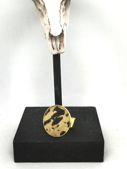Ring ingelegd met beige / zwarte geschoren koeienhuid M84