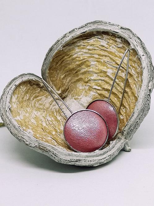 Oorbel ingelegd met roze parelmoer rundsleder. N19