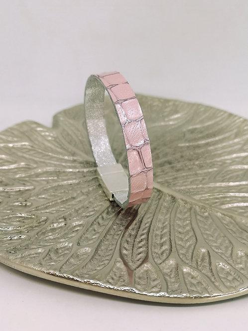 Armband in licht roze rundsleder met crocoprint. N206