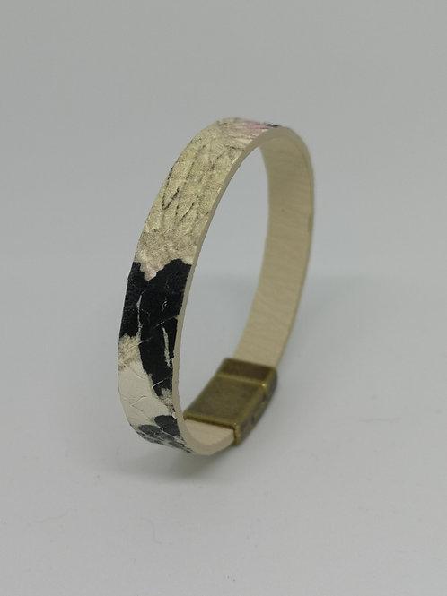 Armband in rundsleder, met slangenprint. O103