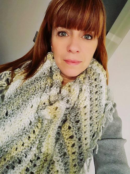 Handgebreide omslag sjaal in grijs pastel S2