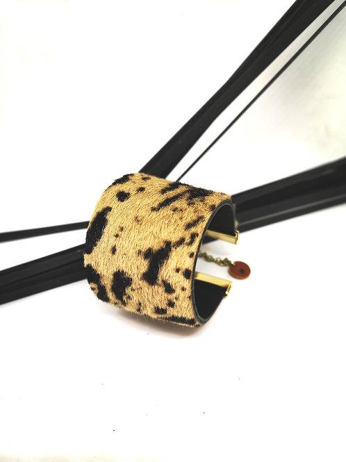 Armband in beige / zwarte geschoren koeienhuiden M83