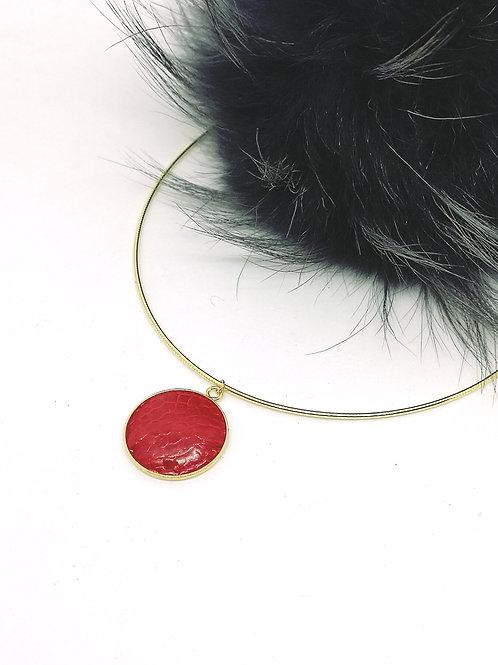 halsketting ingelegd met rode struisvogelpoot. K14. M46.