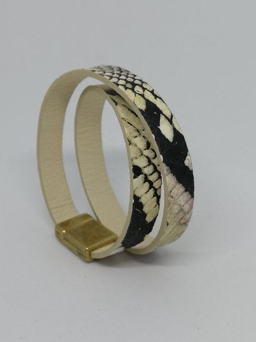 Armband in rundsleder, met slangenprint. O111