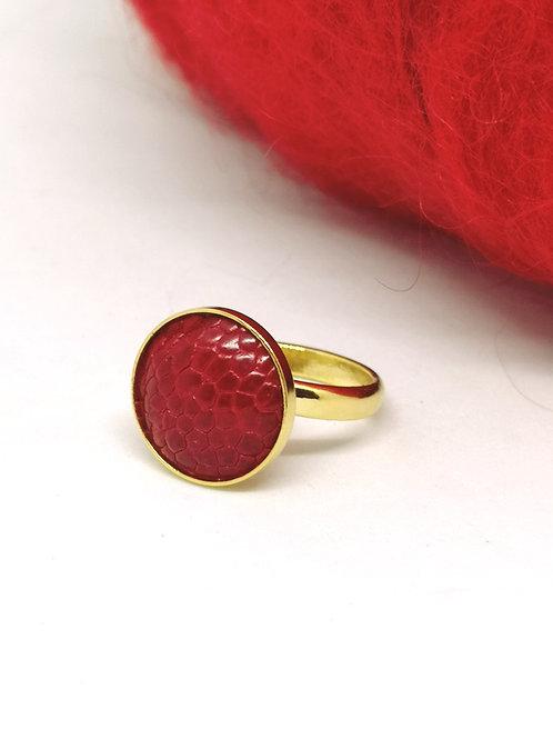 Ring ingelegd met rode struisvogelpoot. M47.