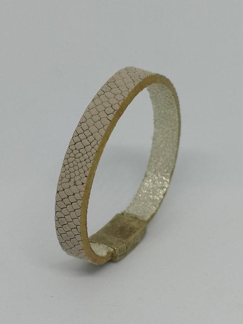 Armband in rundsleder, met slangenprint. O113