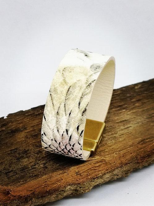 Armband in rundsleder, met slangenprint. O104