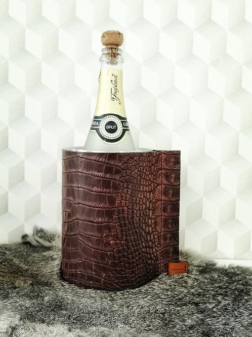 Decoratieve wijnkoeler in donker bruin tuigleder met crocoprint W3