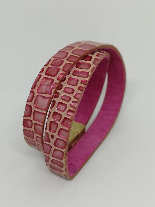 Armband in rundsleder, fuchsia crocoprint. O107