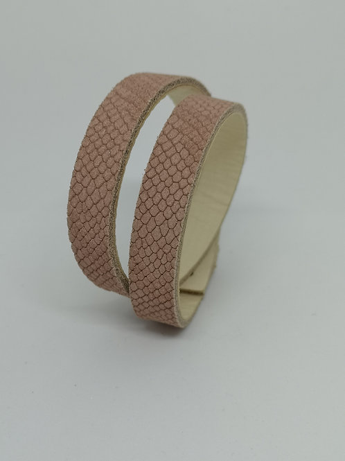 Armband in rundsleder, met roze slangenprint. N30.