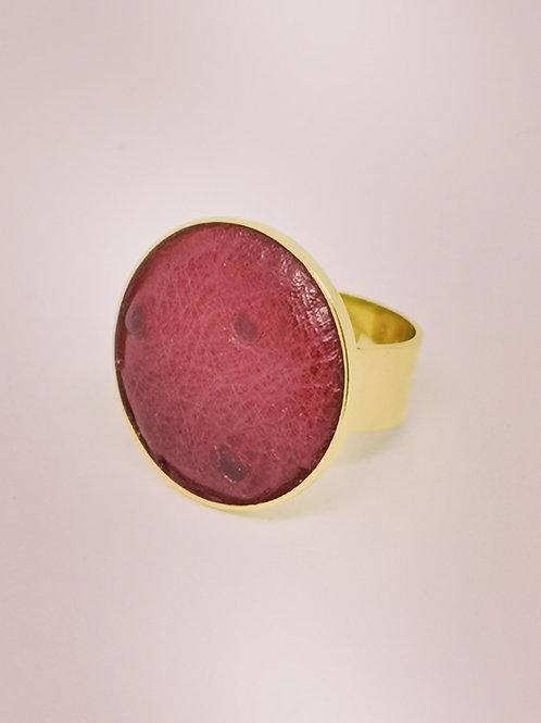 Ring in wijnrood rundsleder in struisvogelprint. M17