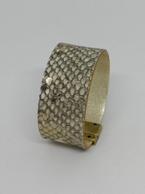 Armband in rundsleder, met slangenprint. O109