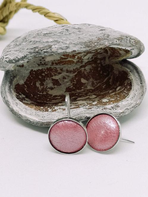 Oorbellen in roze parelmoer rundsleder. N23