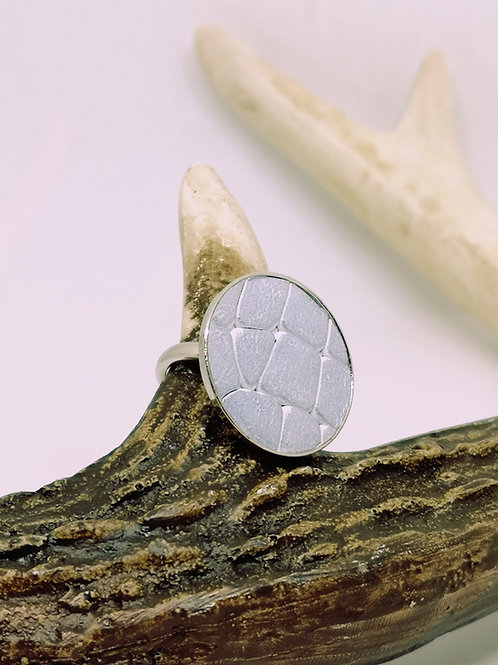 Ring in lichtblauw rundsleder met crocoprint. N115