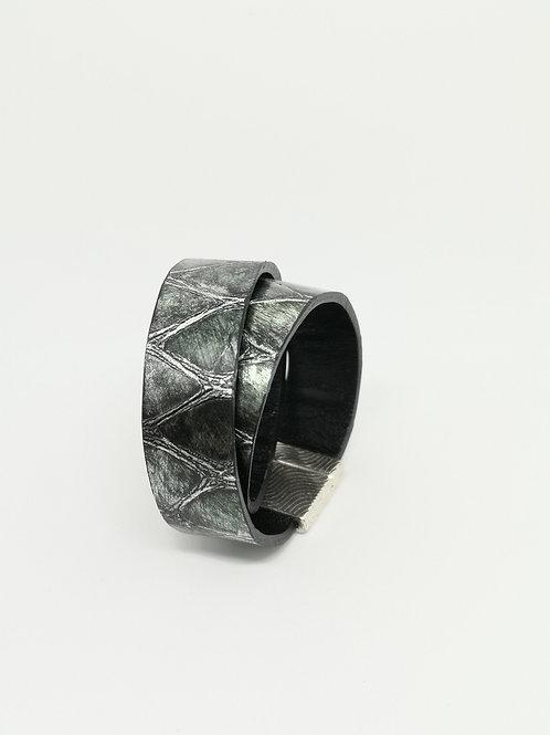 Armband in rundsleder, met groene crocoprint. P53.