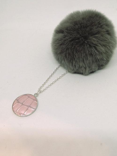 halsketting ingelegd met licht roze rundsleder met crocoprint; N205