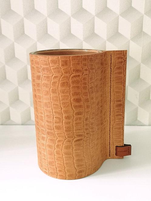 Decoratieve vaas in tuigleder met kleine crocoprint. C8