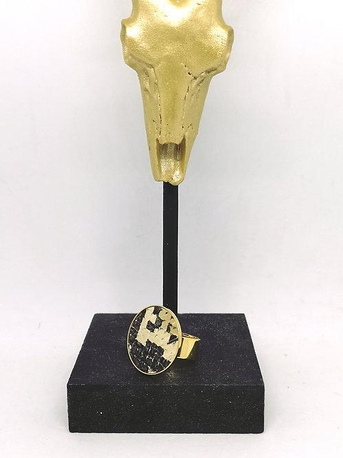 Ring ingelegd met beige / bruine slang M129