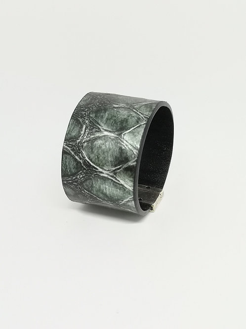 Armband in rundsleder, met groene crocoprint. P54.