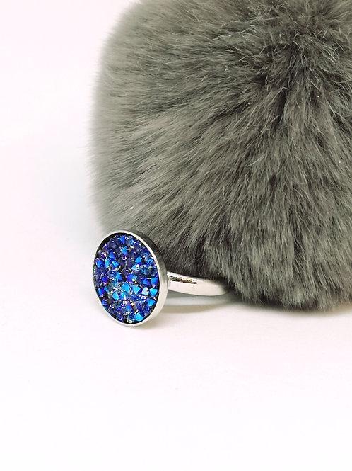 Ring ingelegd met cobalt blauw swarovski steentjes. N155.