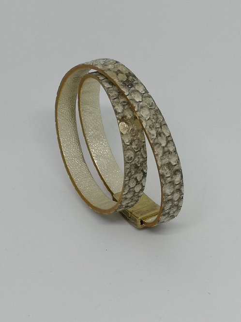 Armband in rundsleder, met slangenprint. O108