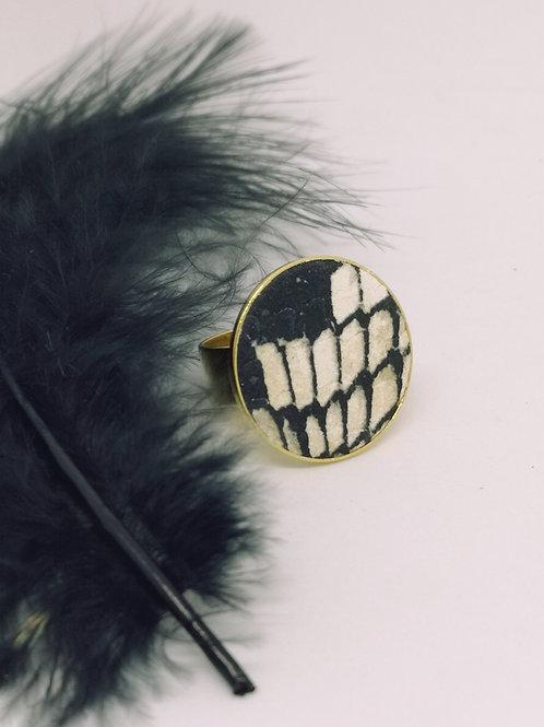 Ring ingelegd in roze / beige rundsleder met slangenprint. M30