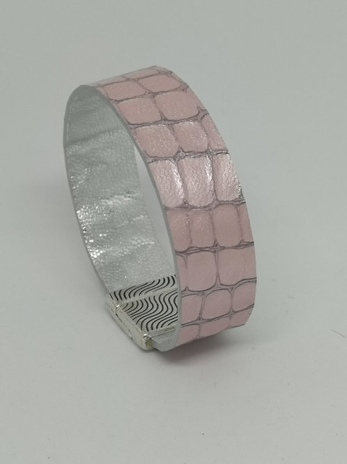 Armband in rundsleder, met roze crocoprint. P3.
