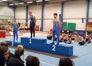 Premières compétitions et premiers podiums