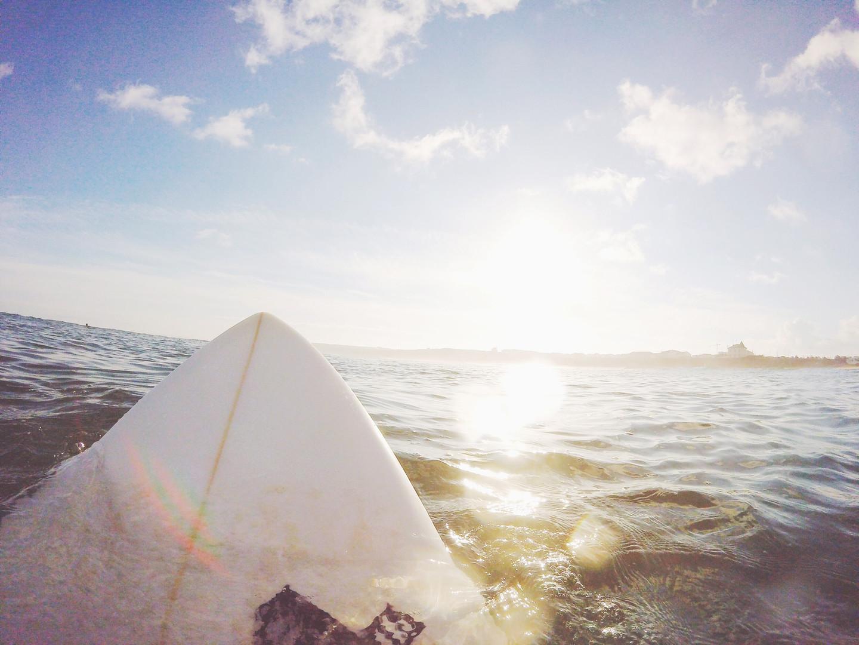 Planche de surf sur l'eau