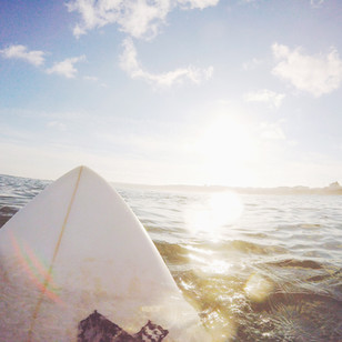 水の上にサーフボード