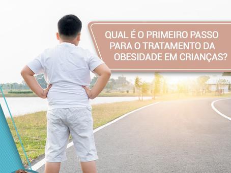 Qual o primeiro passo para o tratamento da obesidade em crianças?