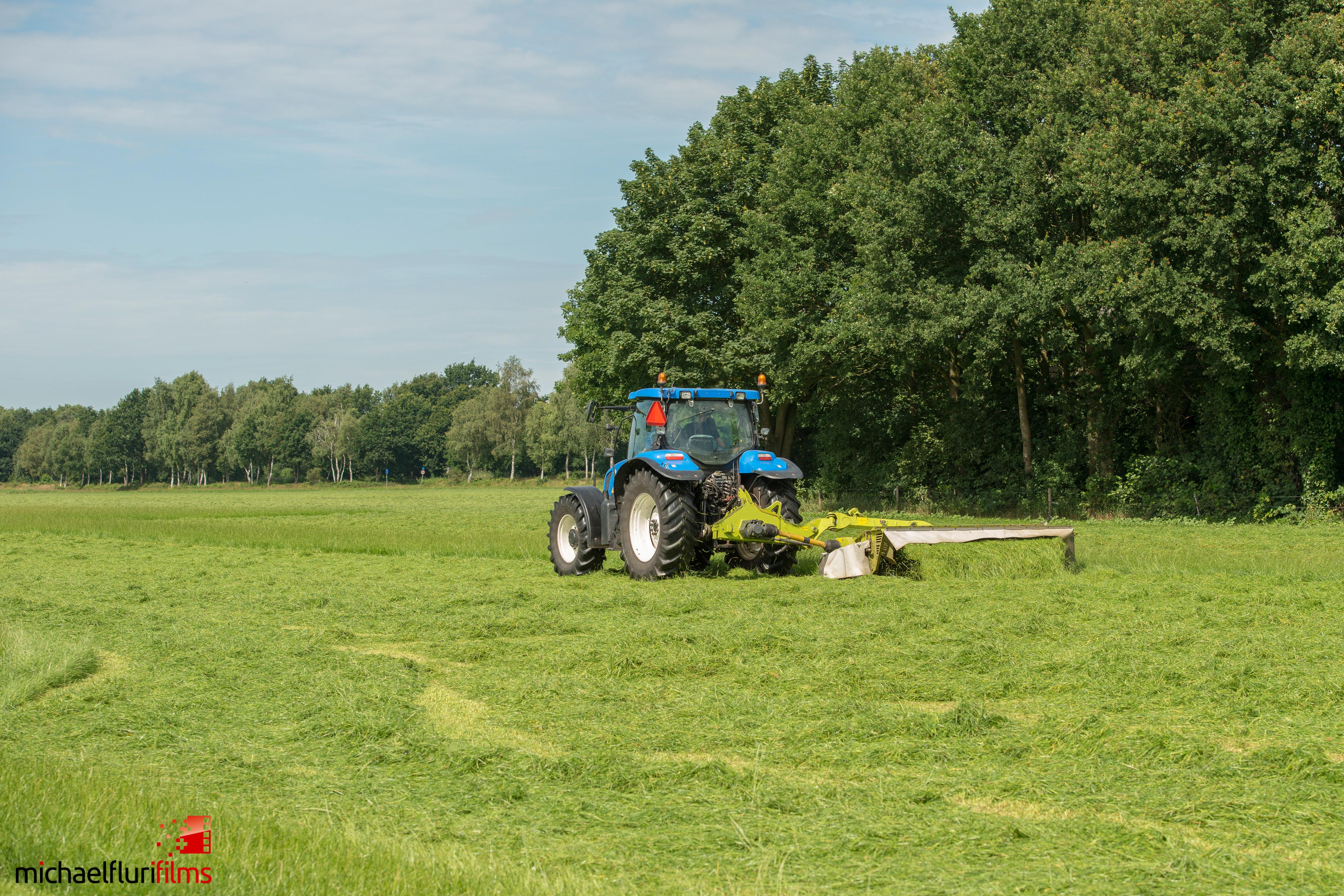 Rehkitzrettung: Traktor auf Feld