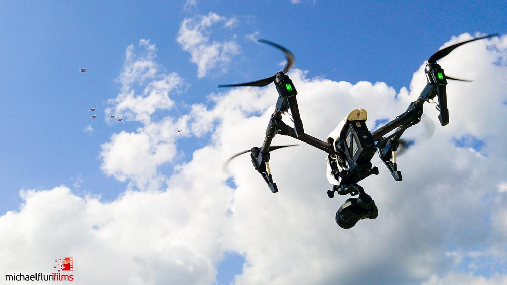 Drohne mit Patrouille Suisse