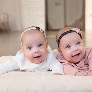 Hanna és Dorka 4 hónapos sorozata