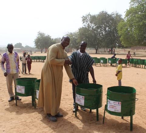Installation de poubelles dans les écoles