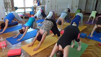 jóga vasárnap, jógagyakorlás, jóga hétvége, vasárnapi jóga, hétvégi jóga, adho mukha svanaszana