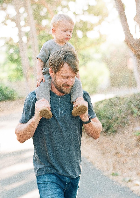Toddler on dads shoulder palos verdes family portraits