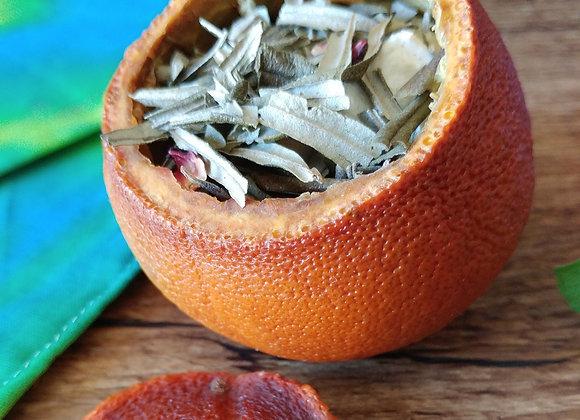 Thé d'argousier poire-hibiscus dans coque d'orange