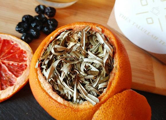 Thé d'argousier bleuets-gingembre dans coque de pamplemousse