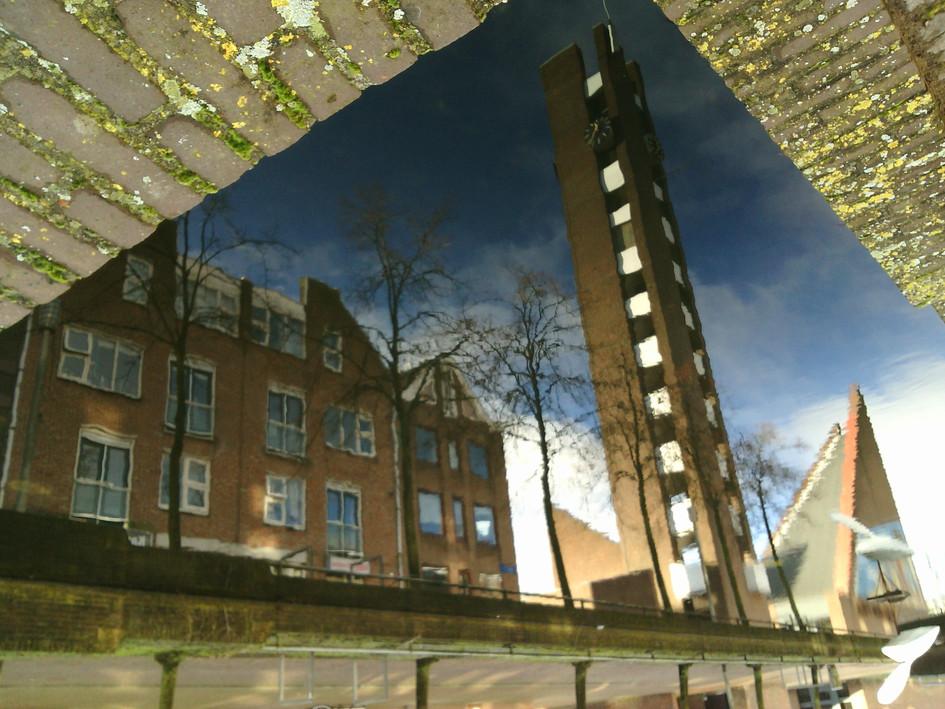 Toren Almere Haven weerspiegelt in het gracht