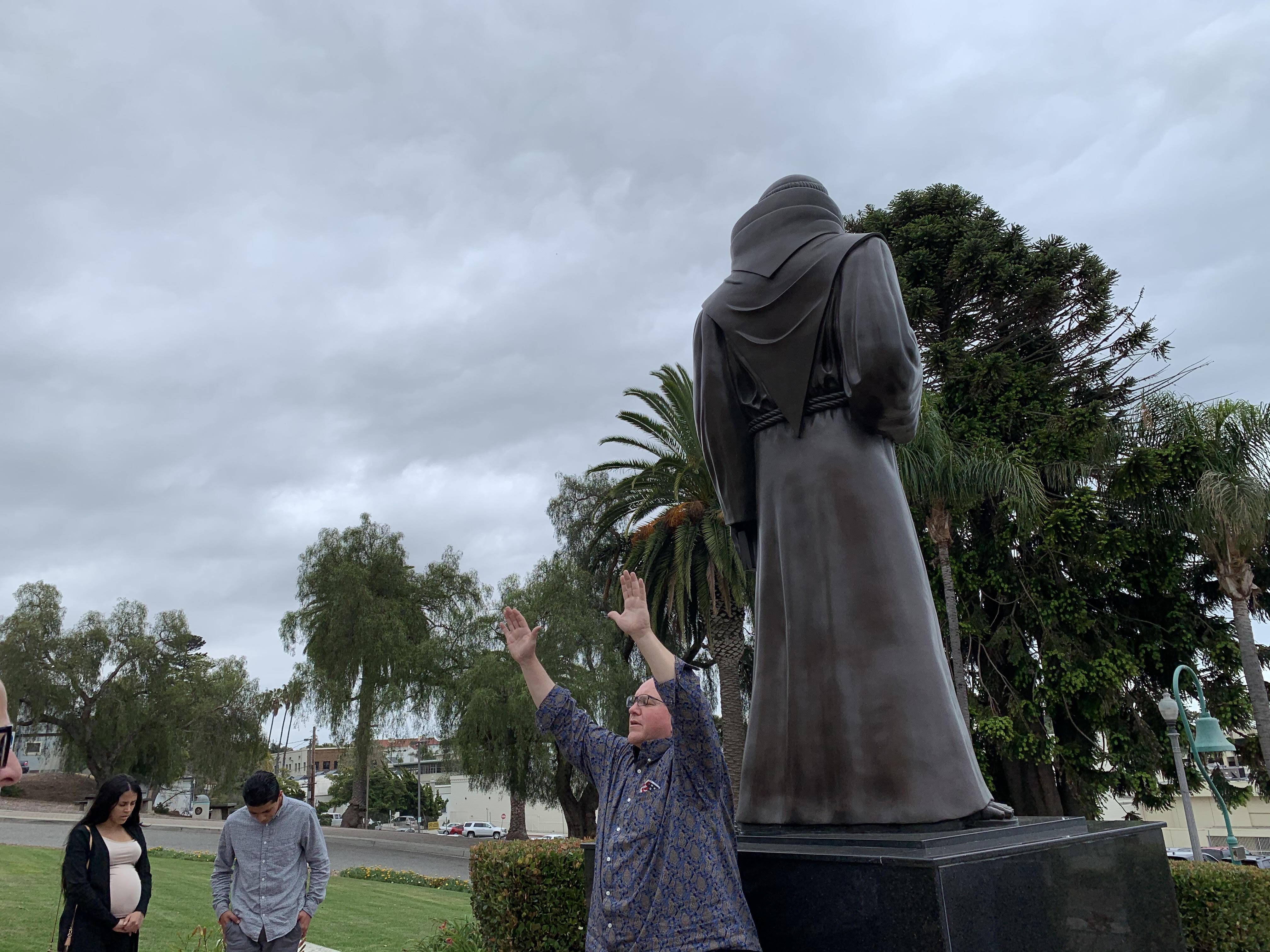 statue prayer