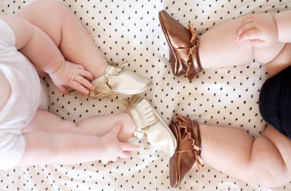 tá na moda peças metalizadas para bebês e crianças