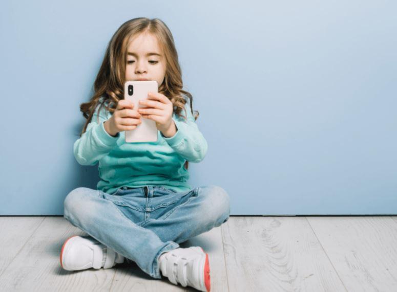 crianças e o celular