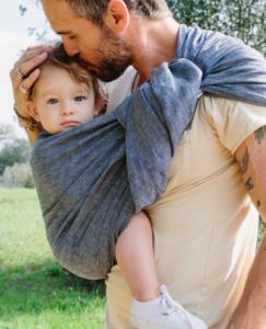 bebê no sling com o papai