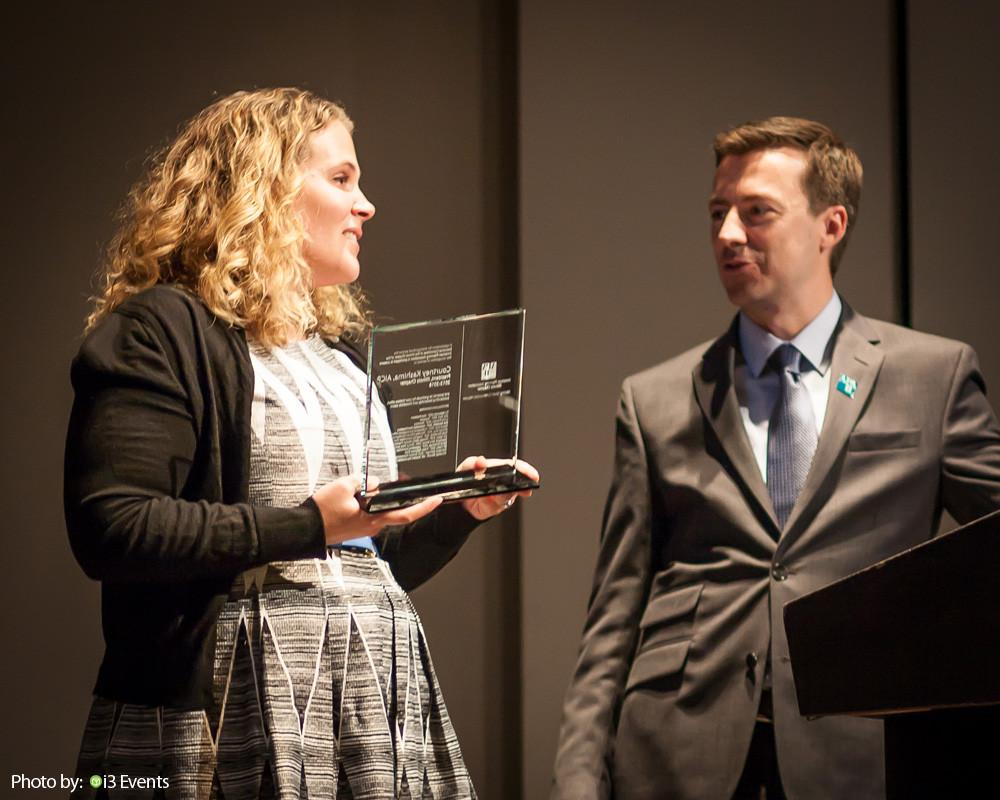 Courtney Kashima, AICP accepts award from TJ Blakeman, AICP