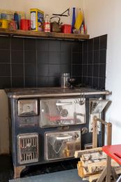 Keittiössä on toimiva puuhella.