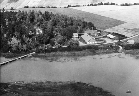Vanha maantie kulki kartanon pihamaan poikki. Sittemmin tielinjausta muutettiin ja uusi rautasilta valmistui 1966.